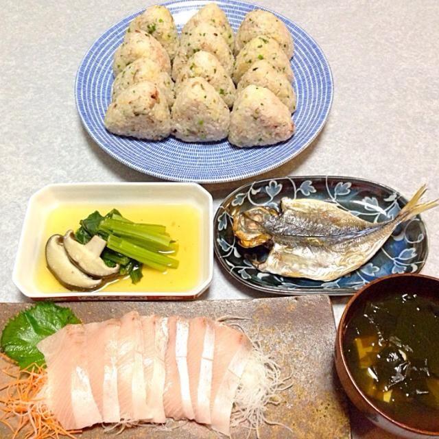 たぬきむすび、 天然鰤のお刺身、 瀬付き鯵の干物、 小松菜のおひたし、 わかめと豆腐のお吸い物 です。 - 14件のもぐもぐ - 晩ご飯は ピクニック気分 by Orie Ueki