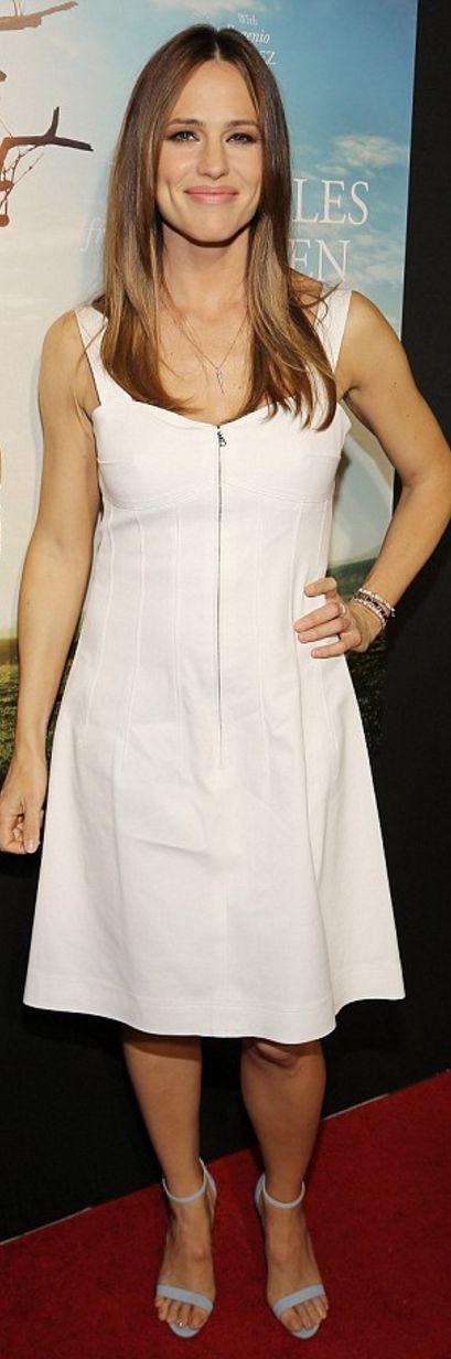 Who made  Jennifer Garner's white dress and jewelry?