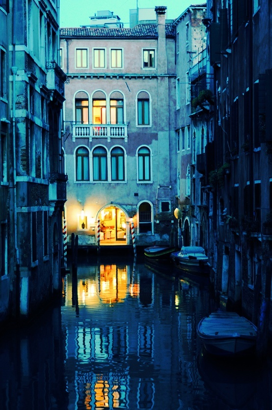 Venezia: I can never decide whether I love Venice more during the day or at night, dawn or dusk, spring or autumn...... Guarda le Offerte!