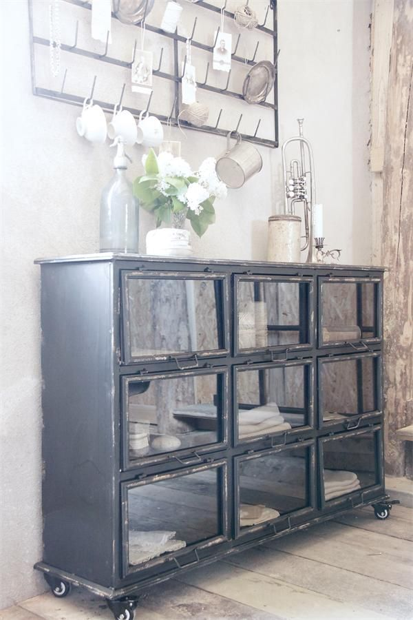 Industriell metallskänk från Jeanne d'Arc Living, rustik metallskänk med snygg patinering. Passar utmärkt för lantlig, shabby chic stil.