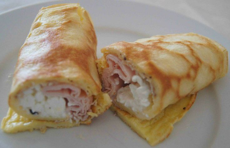 """pão de queijo de frigideira Ingredientes: 1 ovo inteiro grande 2 cs de polvilho azedo Modo de fazer: Bata com um garfo ou fouet o ovo, acrescente o polvilho azedo e bata mais um """"cadim"""" como dizem os mineiros. Despeje em uma frigideira untada, deixe uns minutinhos de um lado e depois vire. Tá pronto! recheie com cottage e peito de peru"""
