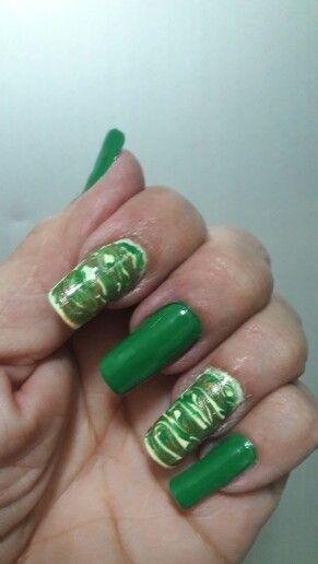 Decorado uñas con verde carioca de esika .......