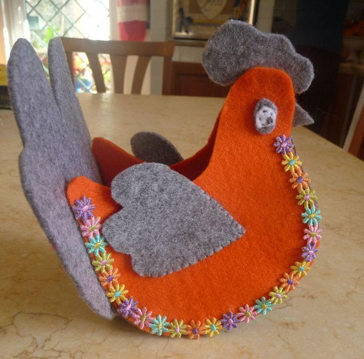 Gallinella di Pasqua in feltro. Felt Easter Hen Tutorial. Realizzazione di giuseppina ceraso crocettando https://crocettando.wordpress.com/2015/02/21/gallinella-di-pasqua-in-feltro-tutorial/