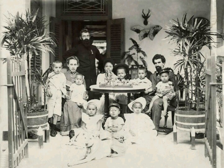A family with 9 children, Magelang 1906