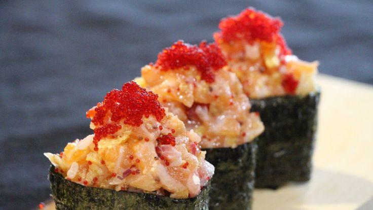 Une recette de gunkan au tartare de saumon, aux fraises et aux chips présentée par Zeste et zeste.tv.
