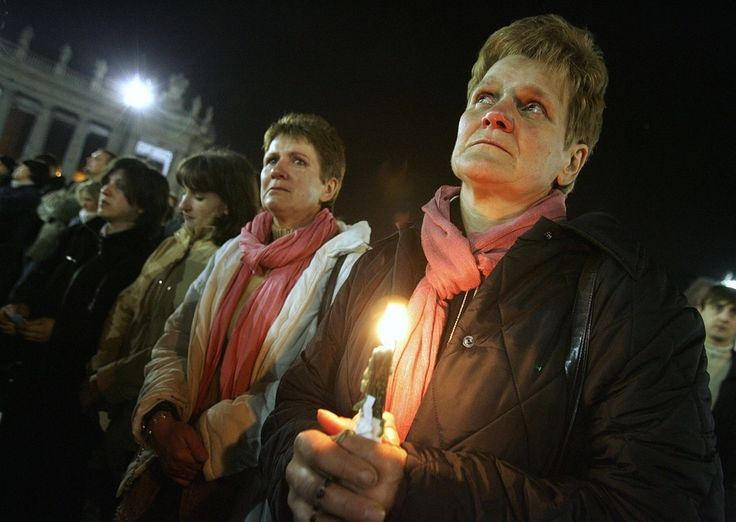 afp.05.04.02. - Vatikán: hívők imádkoznak a Szent Péter téren a szenatya halála után  - ,II. János Pál pápa