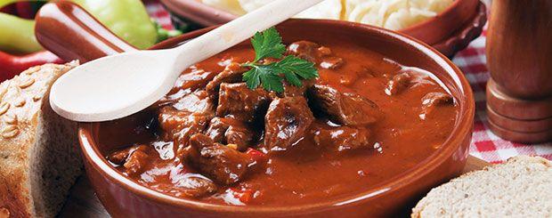 Die Gulaschsuppe ist schnell vorbereitet und lässt sich auch prima wieder aufwärmen. Schmeckt pur, mit Kartoffeln oder auch einer Scheibe Baguette-Brot.