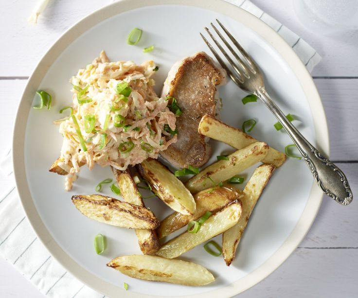 Fettine di arista con spicchi di patate e insalata di cavolo e carote - Le fettine di arista con spicchi di patate e insalata di cavolo e carote formano un piatto unico molto stuzzicante. A proposito, l'insalata di cavolo e carote è molto originale, perché abbiamo scambiato il classico cavolo cappuccio bianco con il cavolo rapa croccante. La pera aggiunge un piacevole tocco di freschezza. Buon appetito!