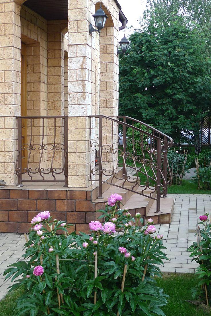 Крыльцо дачного дома.  Нужны перила для лестницы? Производство здесь http://www.metal-made.ru/production/
