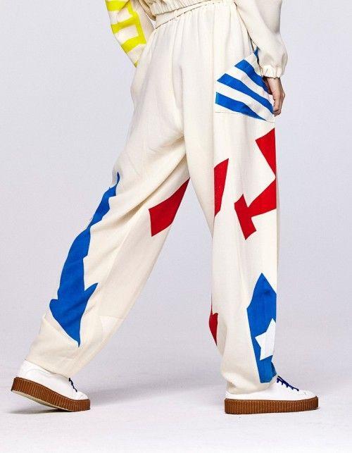 """Coole Hose von Litichewskaya! Hose aus Woll-Crêpe mit starkem, auffälligem Print. Print wird """"lebendig"""" durch Bewegung, wenn die Falten aufspringen. Sitzt in der Taille, angenehm zu tragen Leibhöhe: Hoch Gummizug in der Taille Gürtel mit bezogener Lederschnalle in metallic Kupfer weites Bein Kellerfalten #high fashion #fashion #litichewskaya #onlineshop #shop #online #print #showroom #showroomde"""