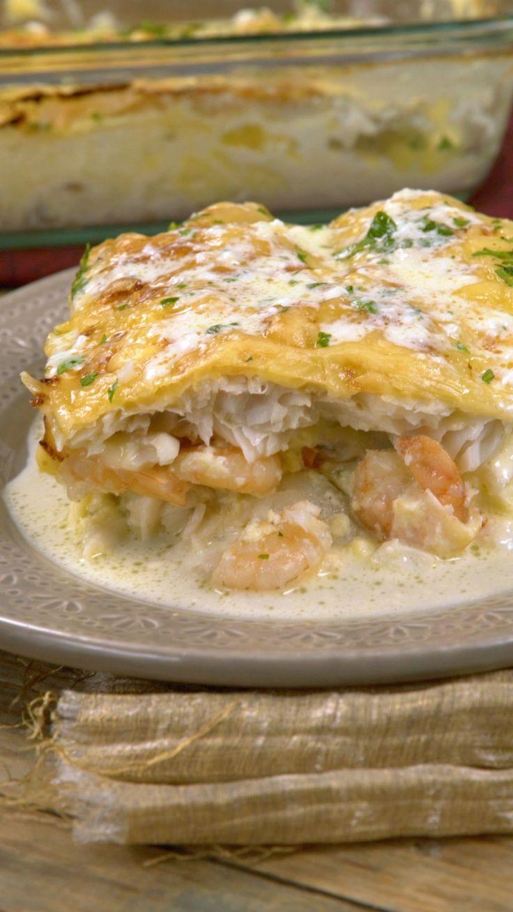 Receta con instrucciones en video: Una combinación crocante y sabroa Ingredientes: 1 kg. de filet de merluza, 4 huevos batidos, 300 gr. de camarones limpios, 1 taza de nata, 2 cdas. de perejil picado, 1 taza de mozzarella rallada, 1 taza de gruyere rallado, 2 chiles picados, Sal, pimienta y oliva, 1 cda. de mantequilla