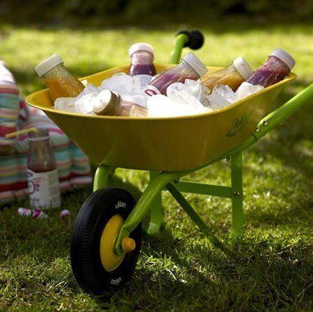 Que tal usar algo inusitado, como o carrinho de mão que sobrou da obra (e você pintou), para gelar as bebidas?