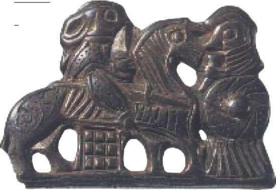 To valkyrier – kvindelige krigere kendt fra den nordiske mytologi -pryder dette spænde af forgyldt sølv med nielloindlæg, fundet på stormandsgården ved Tissø.