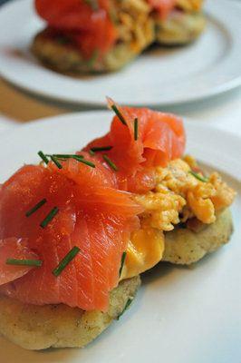 завтрак-по-шотландски-состоит-из-картофельных-оладий-семги-и-яичницы.jpg 266×400 pixels