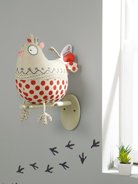 chicken feet on the wall- that is so cute!  I may need to do that on my wall.