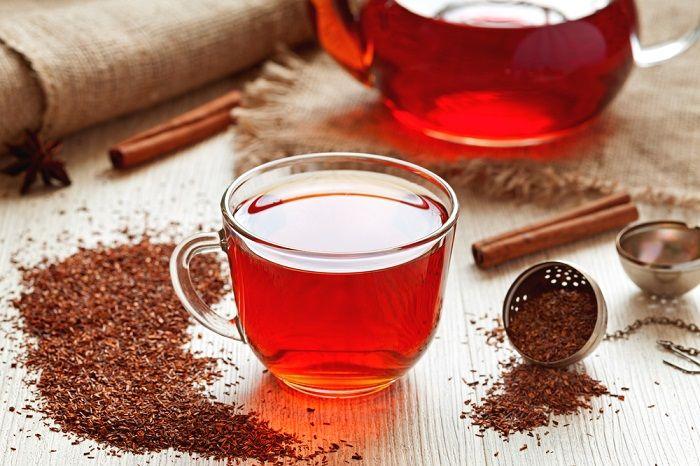 Entre los beneficios del té rojo, se incluyen su uso como una cura para los dolores de cabeza persistentes, insomnio, asma, eczema, debilidad ósea