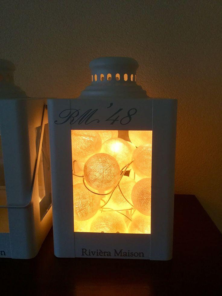Ik heb deze Cotton Ball lichtslinger al jaren maar wist ze eigenlijk nooit op een leuke manier te gebruiken. Twintig ballen passen in deze lantaarn van Rivièra Maison.