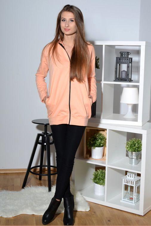 Modna jednokolorowa bluza z długim rękawem, zapinana jest na ekspres. Dodatkowo posiada obszyty nim kaptur dzięki czemu zyskuje na oryginalności. Oryginalnie zapakowana z kompletem metek, wykonana z najlepszych materiałów. Modny design i niepowtarzalny wygląd. Idealna do licznych stylizacji, zarówno codziennych jak i sportowych.