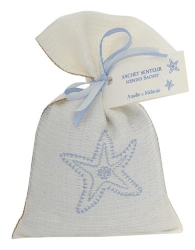 Sachet senteur  Petit sachet en coton blanc tissé d'une étoile de mer bleue contenant des pierres ponces parfumés d'une fragrance du grand large..  A placer au coeur du linge, dans un sac, dans la voiture...