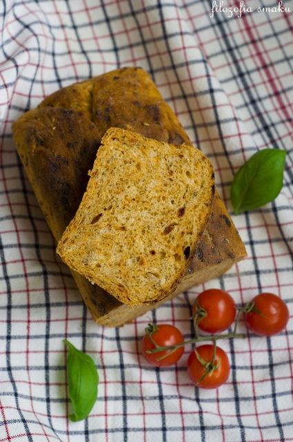 Chleb z suszonymi pomidorami, bazylią i czonkiem