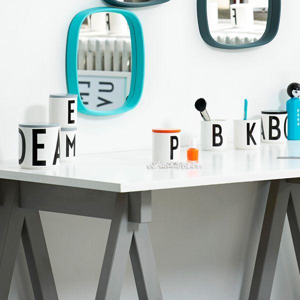 Il coperchio di legno di Design Letters è l'ideale per trasformare le tazze con le lettere create da Arne Jacobsen in pratici contenitori. Grazie al coperchio di legno la tazza con la lettera S diventerà un capiente contenitore per il sale, la tazza P sarà perfetta per il pepe e nella tazza con la lettera C potrete mettere ad esempio delle caramelle.