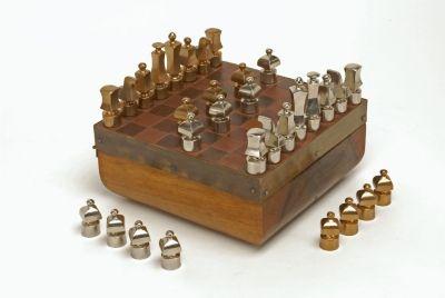 Sakk-készlet      Leltári szám:      80.263.1     Gyűjtemény:      Ötvösgyűjtemény     Alkotó:      Péter, Vladimir (1947-)     Készítés ideje:      1975     Anyag      bőr; bronz; fa; réz     Technika      öntött; pácolt     Méretek:      magasság: 10 cm (doboz)     hosszúság: 22 cm (doboz)     szélesség: 22 cm (doboz)  - See more at: http://gyujtemeny.imm.hu/gyujtemeny/sakk-keszlet/2255#sthash.KLK7MFJj.dpuf