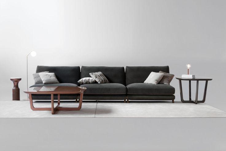 Sofa modelo 1745. Modulos. Tapizado en tela.Acabado en bronce brillo. Mesa 4221/1 .Acabado cobre brillo y nogal brillo. Coleccion Fortune 2017