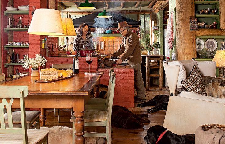 Mariah Villas Boas e Ernesto Tuneu estão na cozinha integrada ao ambiente, onde se esparramam os labradores, na cabana em São Bento do Sapucaí. Arquiteto, ele é responsável pelo projeto. O casal foge de São Paulo para o lugar nos finais de semana