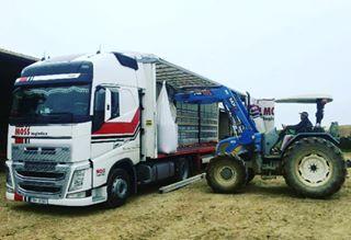 Tonda Svrcina z Hranic vykladal osivo kousek od Toulouse ve Francii. ❗️ #mosslogistics #moss #hranice #toulouse #francie #france #unloading #volvo #volvotruck #swedenpower #trucker #trucking #truckinglife #truckinglifestyle #ontheroad #naceste #delivery #transport #czechrepublic
