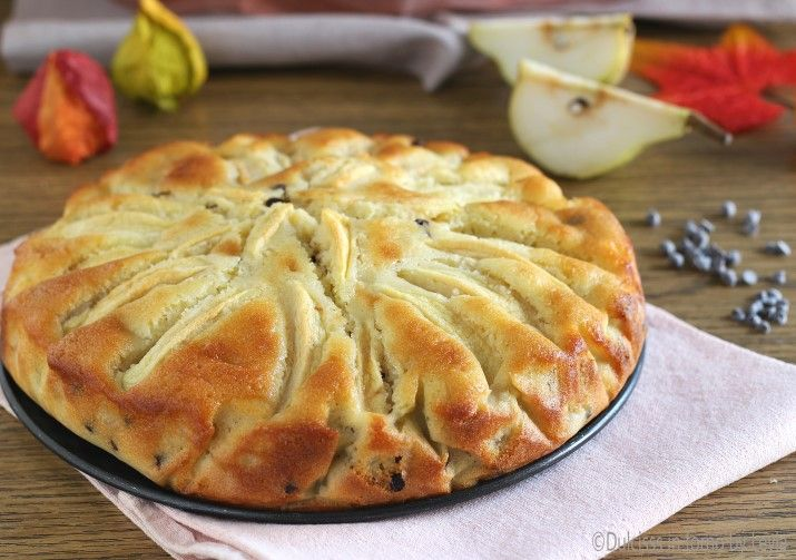 La torta di pere mele e cioccolato è morbidissima e soffice. Il cioccolato rende ancora più speciale, questa torta genuina. Preparazione semplice e veloce.