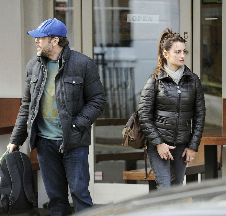Penelope Cruz e Javier Bardem all'uscita di un ristorante londinese indossano due modelli Moncler della collezione Autunno/Inverno 2013-2014  http://www.lifeinstyle.it/penelope-cruz-e-javier-bardem-indossano-moncler/