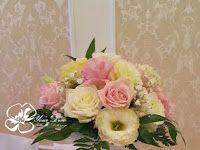 Kompozycja kwiatowa na wysokim wazonie