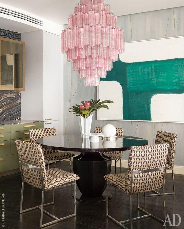 Столовая зона. Стол, Oly Studio. Винтажные обеденные стулья 1970-х годов по дизайну Мило Баугмана, обиты тканью, Kravet. Люстра 1960-х годов по дизайну Аркимеде Сегузо.