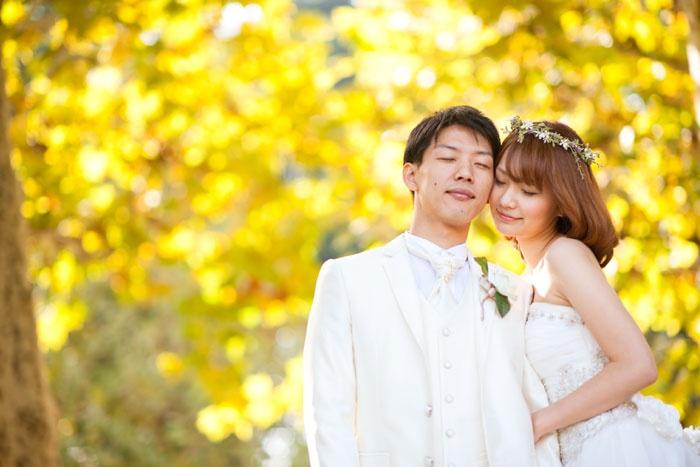 紅葉ロケーションフォトウェディング。東京新宿御苑で洋装ロケ。