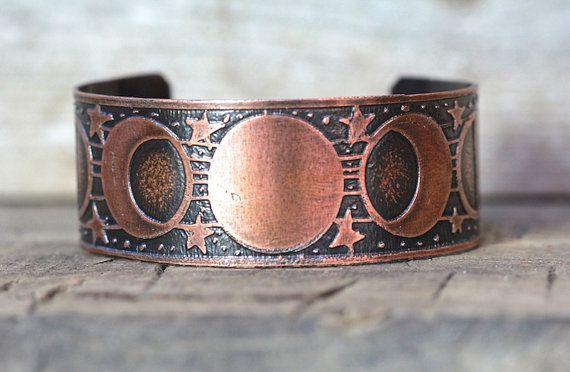 Ce bracelet manchette en cuivre en phase lune gravé est rad et inhabituelle. Il dispose doeuvres originales dessinées à la main par moi qui a été