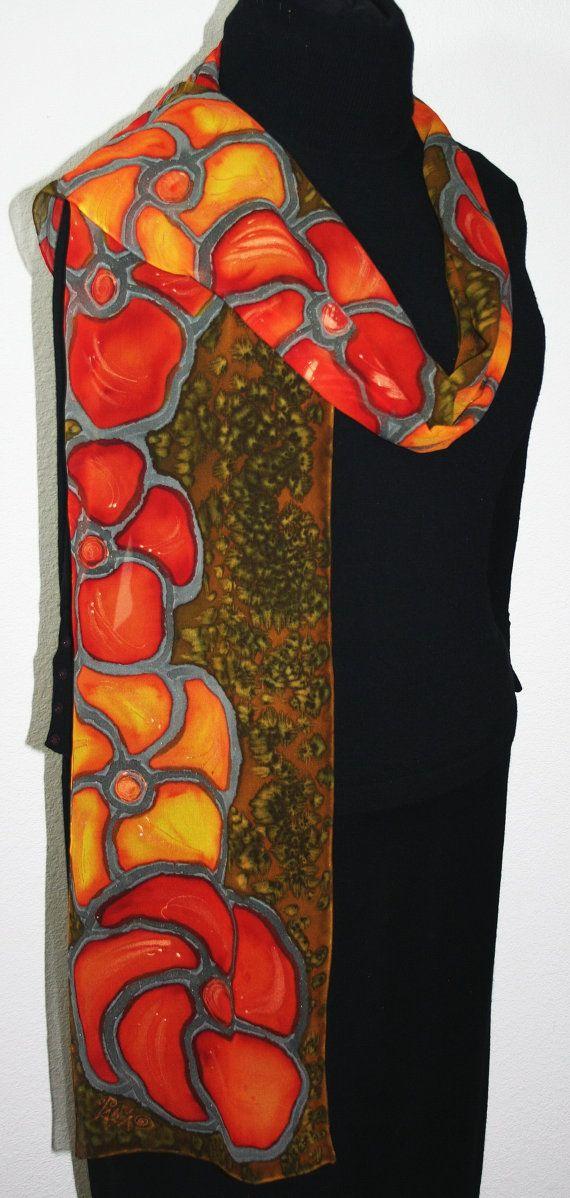 Vert olive, rouge à la main peint foulard en mousseline de soie fleurs sauvages, en plusieurs tailles. Foulards en soie au Colorado. Cadeau d'anniversaire, cadeau de demoiselle d'honneur. Dans un emballage cadeau. Foulard en soie à la main. Teinté à la main. Made in USA Colorado. 100 % soie. Emballage cadeau gratuit.  Foulard en soie fabriqué sur commande - le cadeau parfait!  Il s'agit d'un foulard en soie mousseline de soie 100 % avec les plus grandes fleurs en orange, jaune d'or et…
