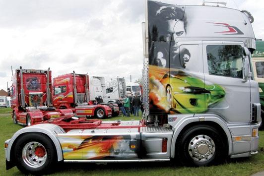 Cine on the Road  http://www.camionactualidad.es/noticias-marcas-fabricantes-camiones/tuning-camiones-decorados/item/1347-cine-on-the-road.html