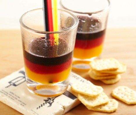 Schwarz-rot-gold Cocktail - Wodka Black Berries, Erdbeer-Limes und Passionsfrucht-Limes