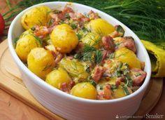 Młode ziemniaki zapiekane z kiełbasą i boczkiem.
