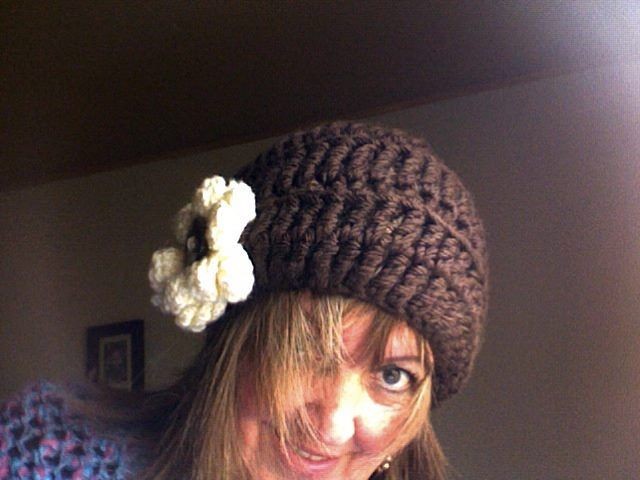 Gorro adulto , flor gigante, color a eleccion, tejido a crochet $ 10. 000