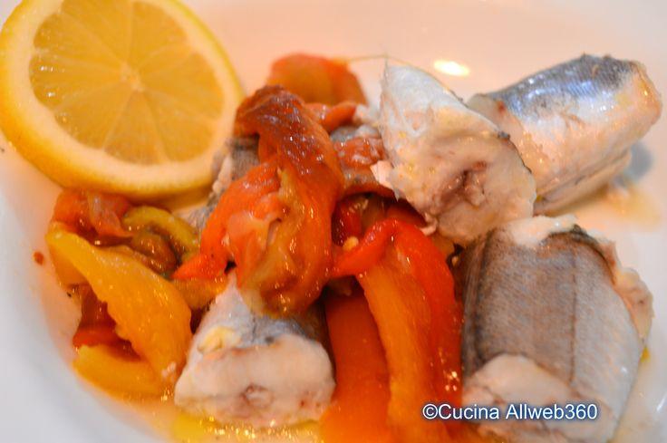 Il merluzzo con peperoni al forno è la ricetta di un secondo piatto a base di pesce, facile da preparare e molto dietetica.