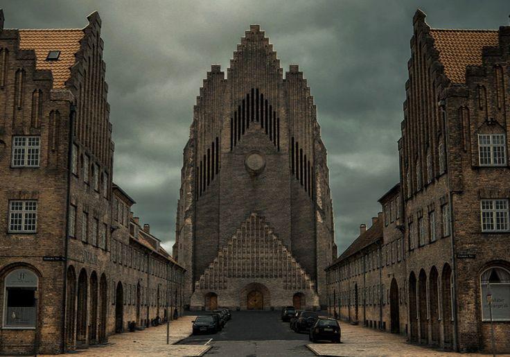 Iglesia de Grundtvig. Copenhague, Dinamarca.  De arquitectura expresionista, la primera piedra se colocó tras el fin de la Primera Guerra Mundial, el 8 de septiembre de 1921, y la construcción se extendió de 1921 a 1926, aunque los últimos trabajos en el interior y los edificios colindantes recién concluyeron en 1940.   https://es.wikipedia.org/wiki/Iglesia_de_Grundtvig