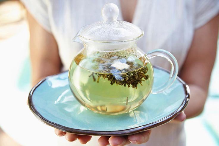 Wir kennen etliche gesunde Lebensmittel, die uns beim Abnehmen helfen. Doch wie sieht es eigentlich mit Getränken aus? Mit diesen Teesorten purzeln die ...