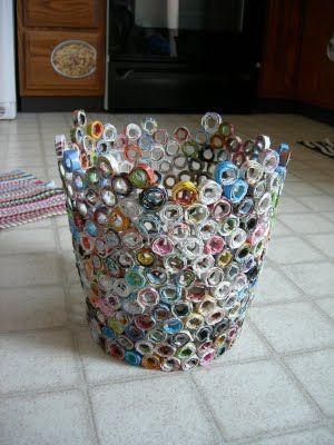 O que fazer com as revistas velhas na sua casa? Olha só que bacana essa idéia: Várias tirinhas de revista enroladas, um pouco de cola e uma pitada de criatividade viram uma cesta de lixo muito criativa!   O que está esperando para começar a fazer a sua?   Sustentabilidade já!
