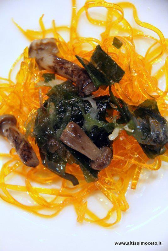 Chef Carlo Cracco... Spaghetti di tuorlo marinato con alghe e funghi...