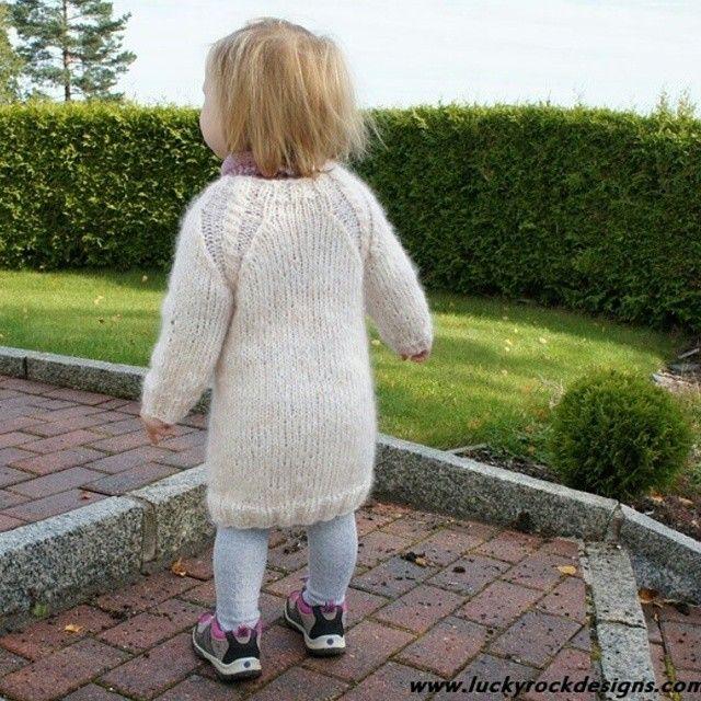 Oppskrift på #sukkerspinngenser er ute for salg i #nettbutikken. #luckyrockdesigns #luckyrocknits #pattern #oppskrift #madebyme #mydesign #alpaca #alpakka #norskbarnemote #norskebarneklær #genser #sweater #strikktilbarn #strikka #strikkpåhjernen #barnestrikk #sandnesgarn
