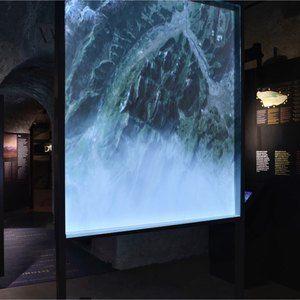 Sistemi espositivi Museofab per allestimenti museali. Schermo in vetro con pellicola polarizzata per proiezione, Museo delle Frontiere e Fortificazioni Alpine, Forte di Bard