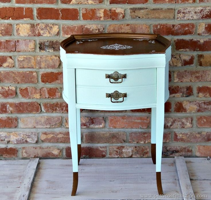 Two toned table makevoer with dipped legs