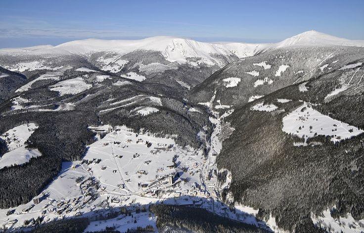 Zimní letecký pohled na Krkonoše ve středu s městem Pec pod Sněžkou.