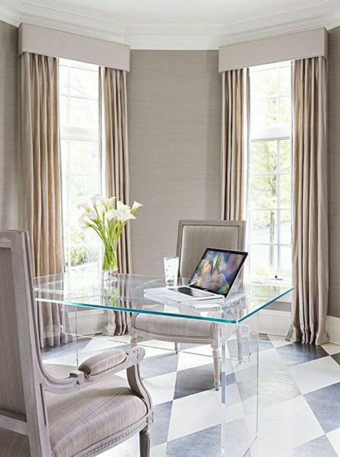 bureau avec plateau de table en verre, rideaux longs de couleur beige